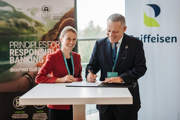 GuyHoffmann, président du comité de direction de Raiffeisen, a signé les PRI en présence de SimoneDettling, responsable Banking de l'Unep Fi. (Photo: Raiffeisen)