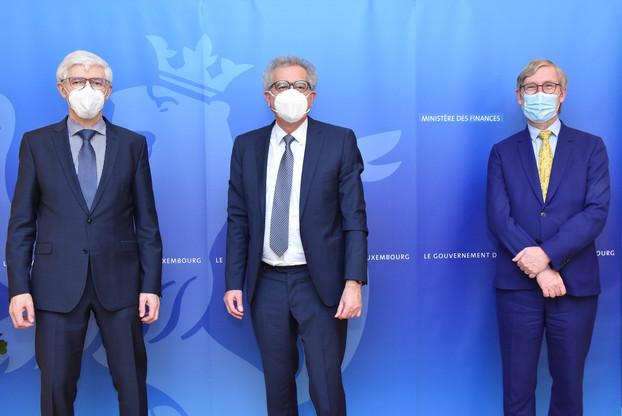 Pour Pierre Gramegna (au centre), «Raymond Bausch (à droite) est la personne la plus qualifiée pour continuer le travail de modernisation entamé par Etienne Reuter (à gauche) à la tête de cette administration-clé pour le fonctionnement de l'État.» (Photo: SIP)