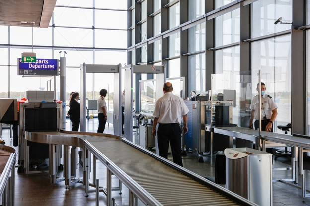 Rappel des règles à l'embarquement pour venir au Luxembourg. (Photo: Romain Gamba / Maison Moderne)