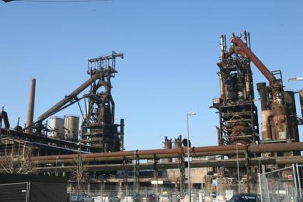 Le 15 octobre 2010 commence la repose du pont des « bleeders » sur le haut fourneau B.  (Photo: Belval)