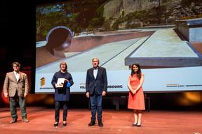 Lydie Polfer (Bourgmestre de la Ville de Luxembourg), François Bausch (Ministre de la Mobilité et des Travaux publics) et Semiray Ahmedova, coprésidente du jury du Bauhärepräis OAI 2020 ((Photo: Nader Ghavami/Maison Moderne))