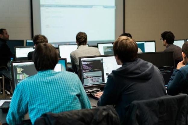 Pour tenter de combler le vide en spécialistes ICT, le Luxembourg a mis en place différentes mesures visant à mettre sur le marché du travail des développeurs web. (Photo: Marion Dessard)