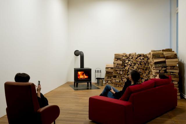 L'artiste János Sugár expose «Fire in the Museum» (2008/2018), un feu constant durant toute l'exposition. (Photo : Jessica Theis)