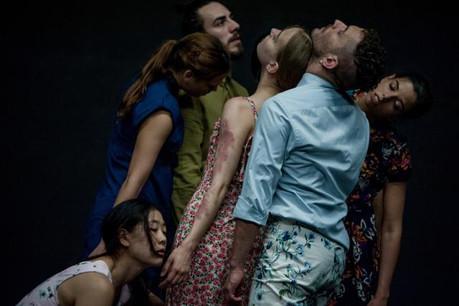Sept danseurs explorent l'individualité au sein du groupe tout comme leur incapacité à s'en détacher. (Photo : Varvara Kandaurova)