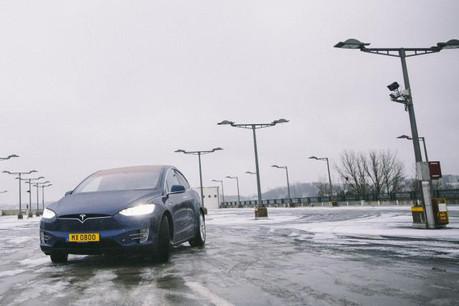 La technologie électrique – illustrée ici par la Tesla X – peine encore à convaincre les acheteurs ou les loueurs de voitures au Luxembourg. (Photo: Paperjam.lu / archives)