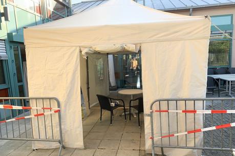 Un parloir a déjà été installé à l 'établissement  Op Lamp à Wasserbillig. Les visites se font sous tente et à travers le plexiglas. (Photo: Sodexo)