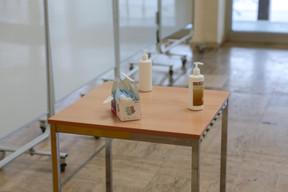 Les mesures d'hygiène sont annoncées dès l'entrée de l'établissement. ((Photo: Romain Gamba / Maison Moderne))