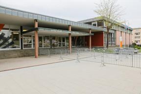 Les lieux de passage sont balisés pour réguler le passage et les distances, comme ici, à l'entrée du Lycée technique du Centre. ((Photo: Romain Gamba / Maison Moderne))
