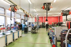 Dans les ateliers du Lycée technique du Centre, les conditions de travail sont aussi aménagées pour que les élèves ne soient pas trop nombreux au même endroit. ((Photo: Romain Gamba / Maison Moderne))