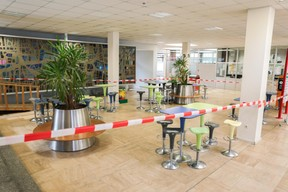 Les cantines et cafétérias sont fermées. Les élèves doivent commander des sacs-repas via la plate-forme Restopolis ou rentrer déjeuner chez eux. ((Photo: Romain Gamba / Maison Moderne))