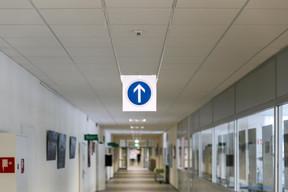 Les couloirs et lieux de passage sont balisés pour réguler le passage et les distances. ((Photo: Romain Gamba / Maison Moderne))