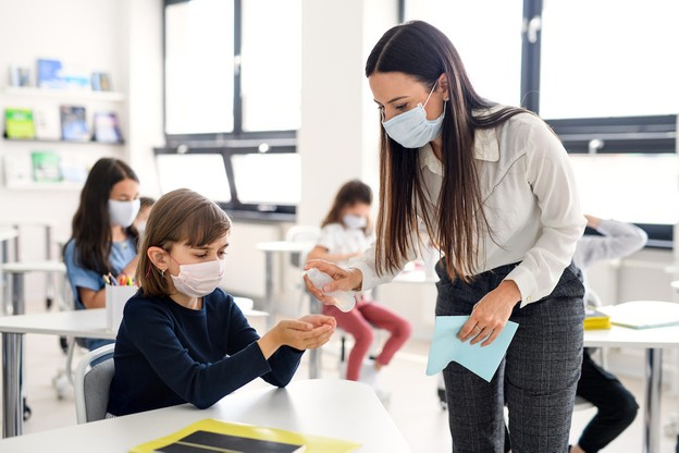 Pour éviter les contaminations, le nombre d'élèves est réduit. Si celui-ci est assez bas dans les classes de l'enseignement fondamental, il peut atteindre un maximum de 29 dans les classes de l'enseignement secondaire. (Photo: Shutterstock)