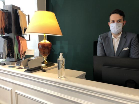 Masqué derrière sa caisse, Xavier Goetschy se tient prêt à accueillir ses clients. (Photo: Paperjam)