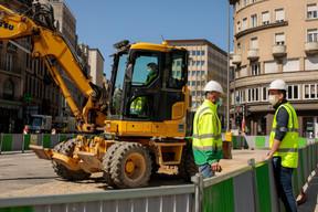 Des mesures sanitaires sont mises en place pour protéger les salariés, comme le port du masque sur le chantier du tram à la Gare. ((Photo: Matic Zorman / Maison Moderne))