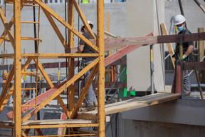 Des mesures sanitaires sont mises en place pour protéger les salariés, comme le port du masque sur les chantiers de la Cloche d'Or. ((Photo: Matic Zorman / Maison Moderne))