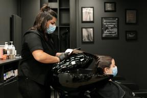 À l'annonce de la réouverture des salons de coiffure, Sophie a vite pris rendez-vous pour sa coloration. ((Photo: Matic Zorman/Maison Moderne))