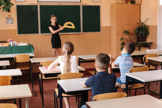 Afin de respecter les règles de distanciation sociale, chaque classe serait divisée en deux: la moitié des élèves auraient cours la première semaine, et la seconde moitié la semaine suivante. (Photo: Shutterstock)