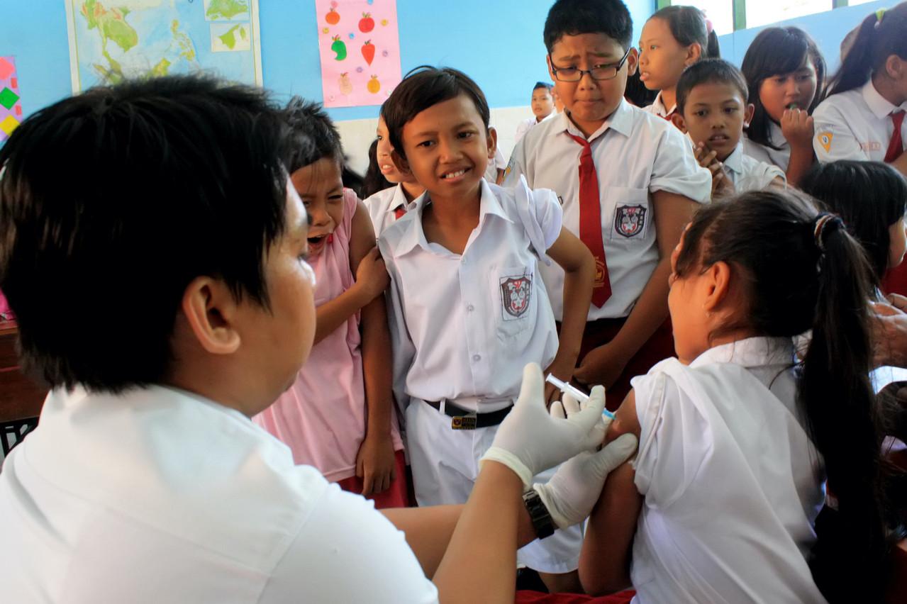 Le FMI appelle à la solidarité pour arriver à vacciner au moins 40% de la population de chaque pays d'ici la fin de l'année 2021, et 70% d'ici la mi-2022. Une condition indispensable pour une reprise équilibrée de la croissance. (Photo: Shutterstock)