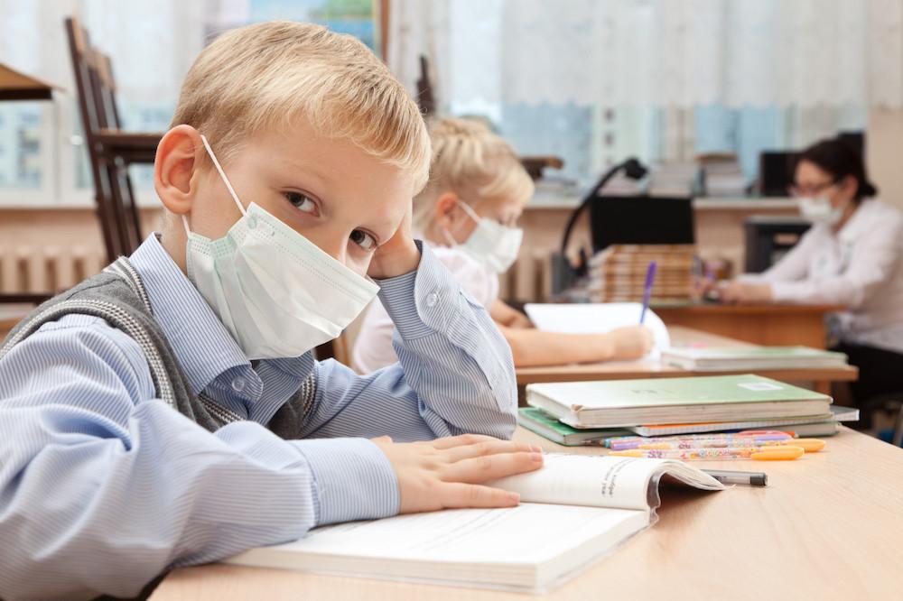 Si le port du masque est un geste barrière efficace, il est déconseillé aux enfants de moins de six ans et interdit pour ceux de moins de deux ans. (Photo: Shutterstock)