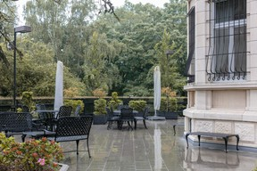 La terrasse, où de nombreuses célébrations de la Fête de l'indépendance et autres ont eu lieu au fil des ans. (Romain Gamba/Maison Moderne)