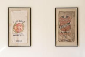 Des sacs de farine émis par les États-Unis font partie de la collection historique de l'ambassade. (Ambassade des Etats-Unis au Luxembourg)