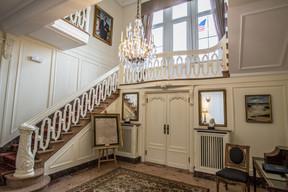 L'escalier avec une vue sur le drapeau américain sur la mezzanine. (Ambassade des États-Unis au Luxembourg)