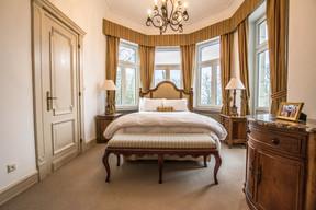 Chambre à coucher principale de la résidence. (Ambassade des États-Unis au Luxembourg)