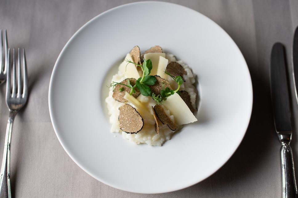 Bien manger chez soi en cette période de peu de sorties, c'est possible grâce à la mise en place de services take-away et livraisons par les restaurateurs luxembourgeois, comme au Centser Roud Haus. (Photo: Hadrien Friob/Maison Moderne)