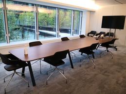 Les salles de réunion ont été adaptées, notamment pour tenir les réunions par vidéoconférence, avec moins de chaises pour garantir une distance de sécurité. ((Photo: Foyer))