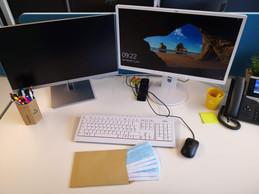 Une enveloppe contenant des masques pour toute la semaine est distribuée sur chaque bureau pour les personnes présentes. ((Photo: Foyer))