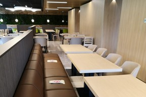 Le restaurant d'entreprise a rouvert début juin, avec une offre réduite et un aménagement des tables.  ((Photo: Foyer))