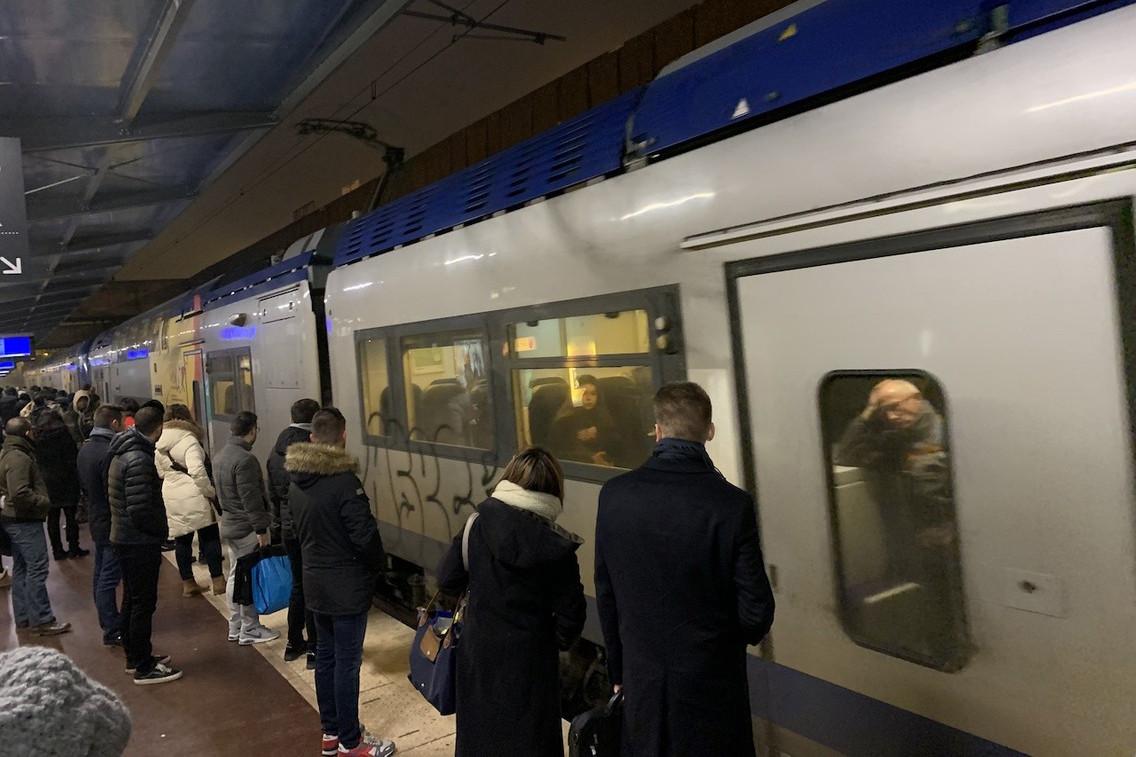 Les frontaliers empruntant les transports en commun n'auront que 60% des trains habituels à leur disposition à compter de lundi. (Photo: Paperjam /Archives)