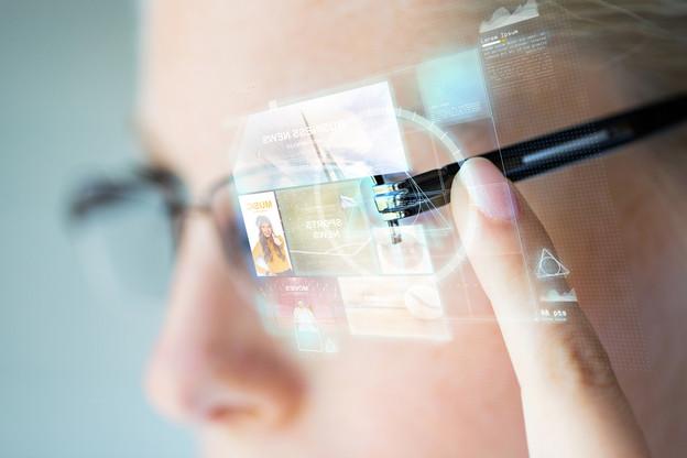 Il y a plus de 10 ans que les premiers modèles de lunettes connectées sont sortis. Sans vraiment s'imposer. Des géants cherchent le bon produit. (Photo: Shutterstock)