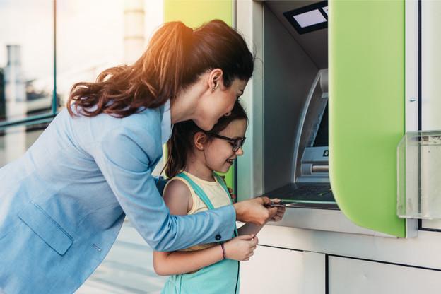 Revolut Junior est destinée aux mineurs et permet aux enfants et jeunes adolescents (âgés de 7 à 17 ans) d'avoir une carte bancaire bien à eux. (Photo: Shutterstock)