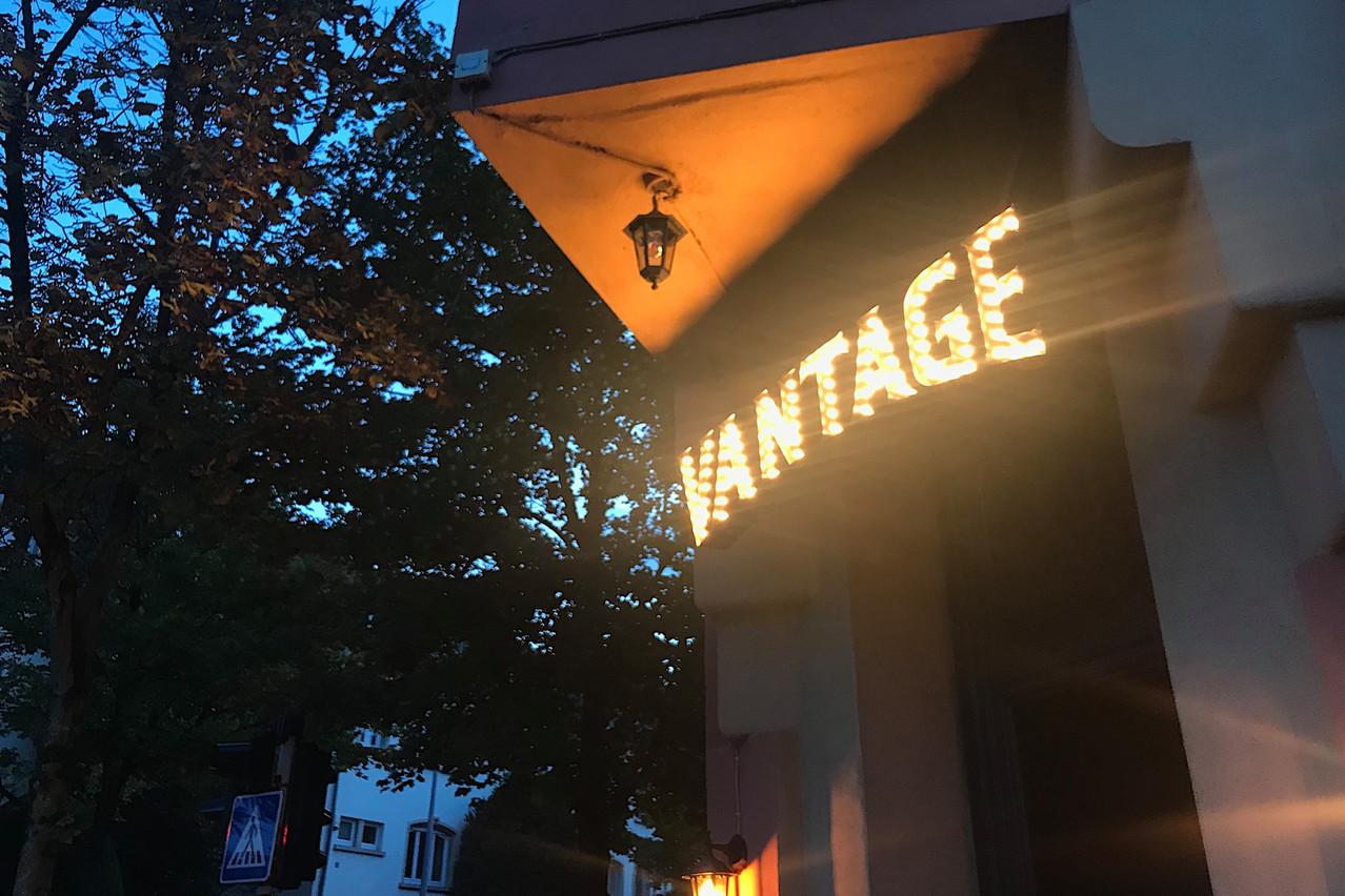 L'enseigne en ampoules donne le ton de l'établissement, le long de la route de Beggen. Maison Moderne