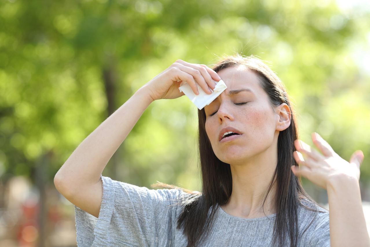 Le coup de chaleur peut survenir très vite. Maux de tête et sensation de malaise en sont deux des symptômes. (Photo: Shutterstock)