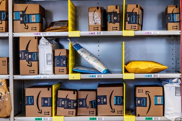 Ces machines, connues sous le nom de Carton Wrap, de la société italienne CMC Srl, sont bien plus efficaces que les humains puisqu'elles traitent entre 600 et 700 boîtes par heure. (Photo: Shutterstock)