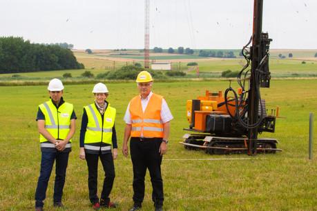 Eric Golinelli, solar project manager chez Enovos, Anouk Hilger, head of renewable energies Luxembourg chez Enovos, et Eugène Muller, head of technical services & transmissions chez BCE, filiale de RTL Group (de gauche à droite). (Photo: RTL Group/Enovos)