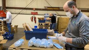 Les collaborateurs de Post mobilisés durant tout le week-end au centre logistique du Findel. ((Photo: Post Luxembourg))