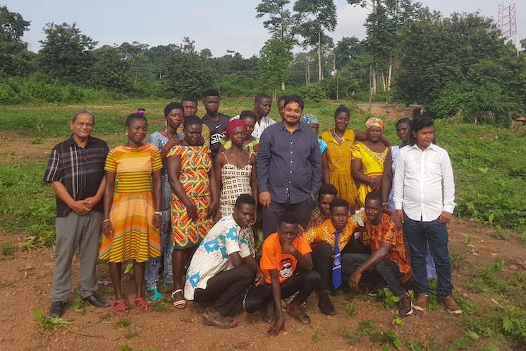 Rushank Bardolia au milieu d'une partie de ses employés au Ghana. Où la start-up est revenue aux fondamentaux plutôt qu'à la technologie. (Photo: collection personnelle de Rushank Bardolia)