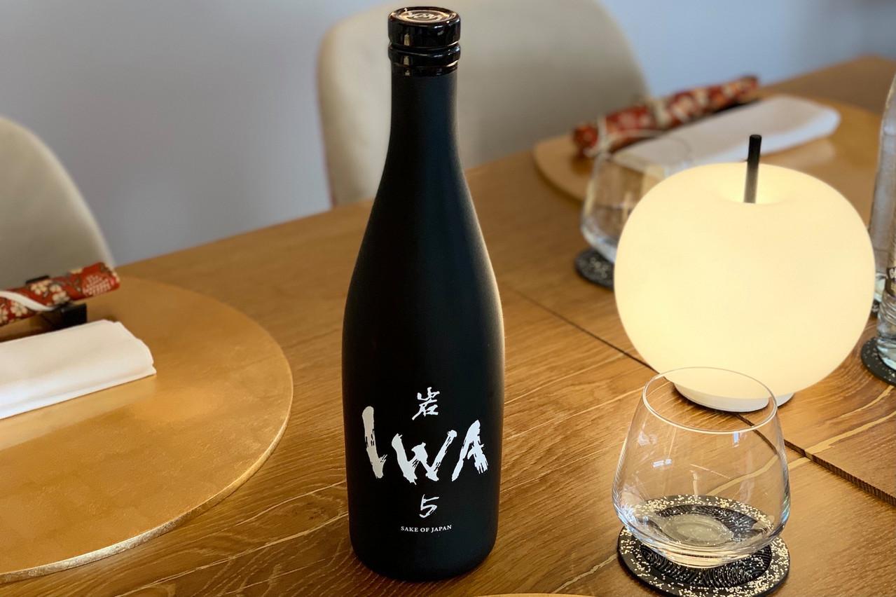 De la bouteille à l'assemblage, en passant par la fabrication: le saké IWA 5 est le produit d'une collaboration de professionnels à la réputation mondialement reconnue… (Photo: Maison Moderne)