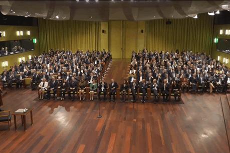 Retransmise en direct sur le site internet de la CJUE, la cérémonie d'assermentation des 14 nouveaux juges du Tribunal de l'UE s'est déroulée dans la grande salle d'audience sous la présidence de Koen Lenaerts. (Photo: Capture d'écran/CJUE)