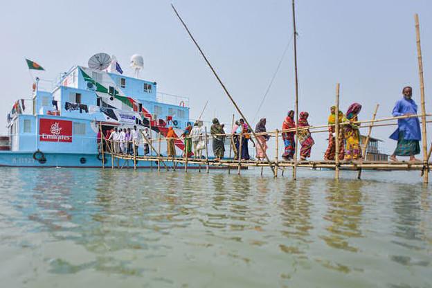 Au pays des fleuves fous, le Bangladesh, le bateau-hôpital de Friendship a pu aller dans des zones privées de services médicaux. Grâce à Satmed, la plateforme lancée au Luxembourg en 2014. (Photo: Satmed)