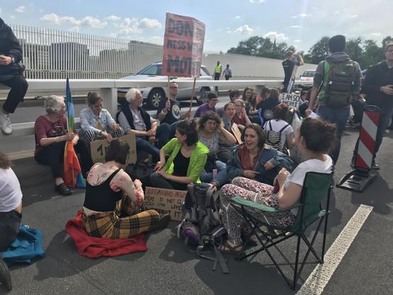Assis par terre ou sur une chaise, les manifestants se sont installés sur une des bandes de circulation du Pont Rouge. Un signe de protestation contre «l'immobilisme» face à l'urgence climatique. (Photo: Paperjam)