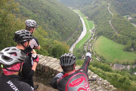 Les amis cyclistes de McQuaide profitent de la vue sur la vallée de Bourscheid. (Photo:Mike McQuaide)