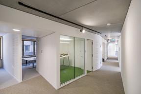 Vue à l'étage d'un bureau et d'une salle de réunion. ((Photo: Raoul Somers))
