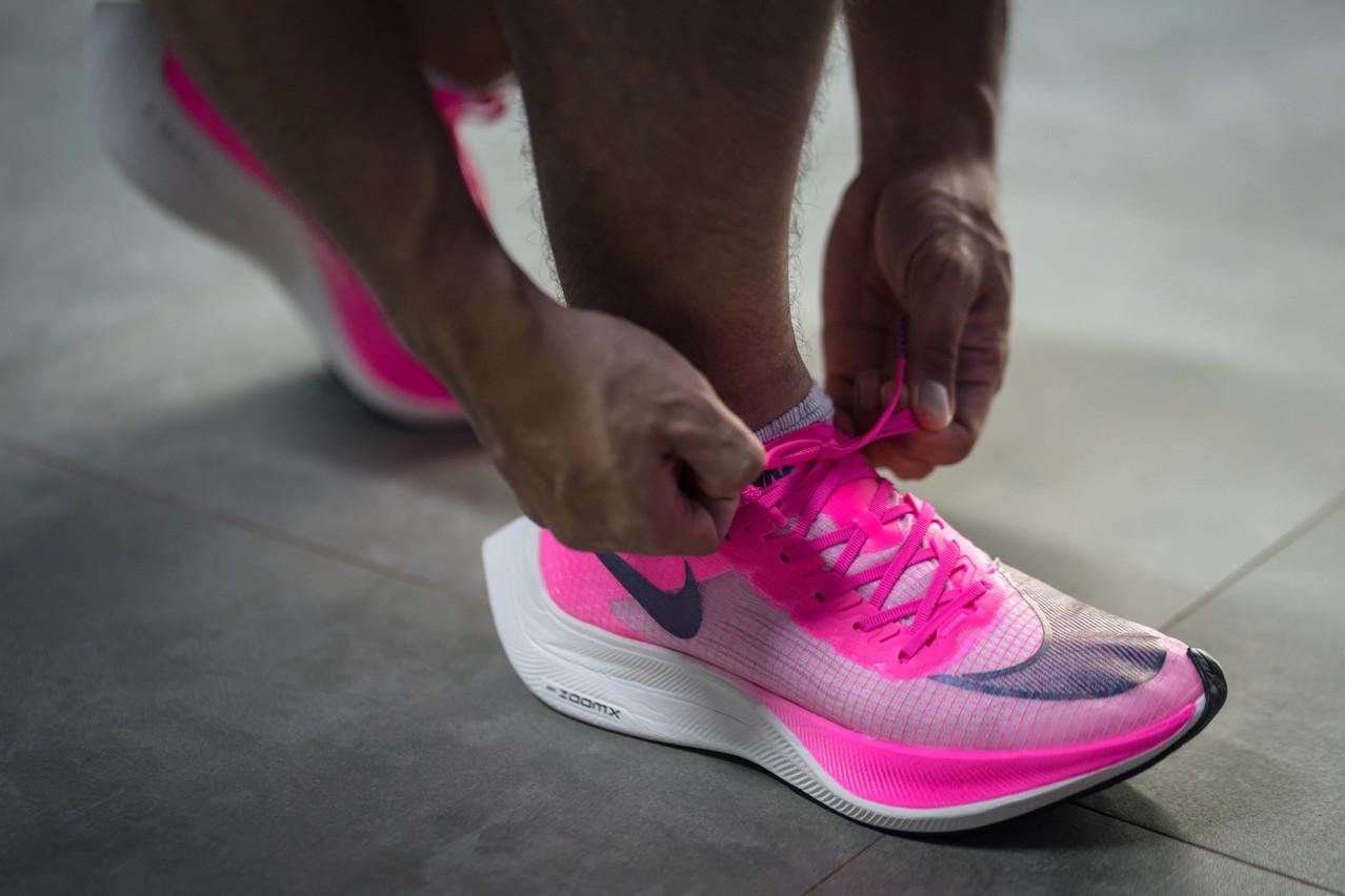 La Nike ZoomX Vaporfly Next% a permis à l'athlète kényan Eliud Kipchoge de passer sous la barre des 2 heures au marathon. Mais depuis, le modèle a été bridé. (Photo: Shutterstock)