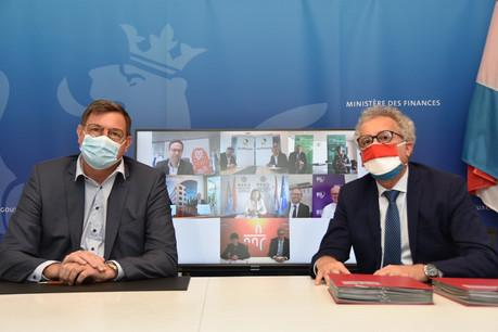 Le directeur général ad interim de l'ABBL, Yves Maas, et le ministre des Finances, Pierre Gramegna, ont signé la convention liant sept banques à la Trésorerie de l'État. (Photo: Twitter/ministère des Finances)