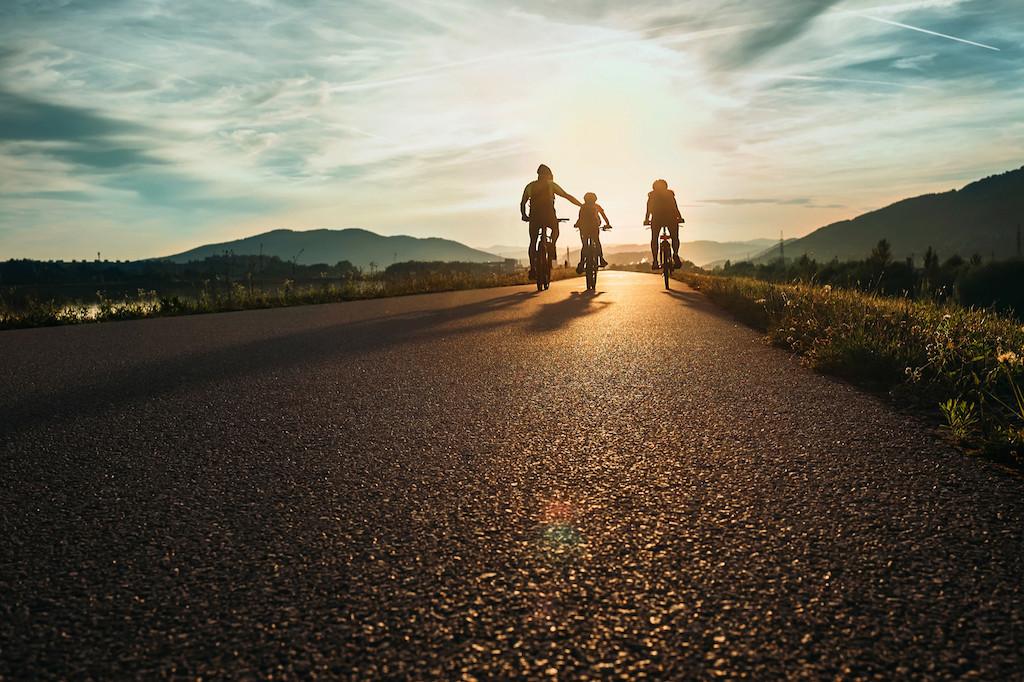 Tels des «Peau d'âne» des temps modernes, les randonneurs et cyclistes pourront être suivis par leurs bagages sans en subir le poids. (Photo : Shutterstock)