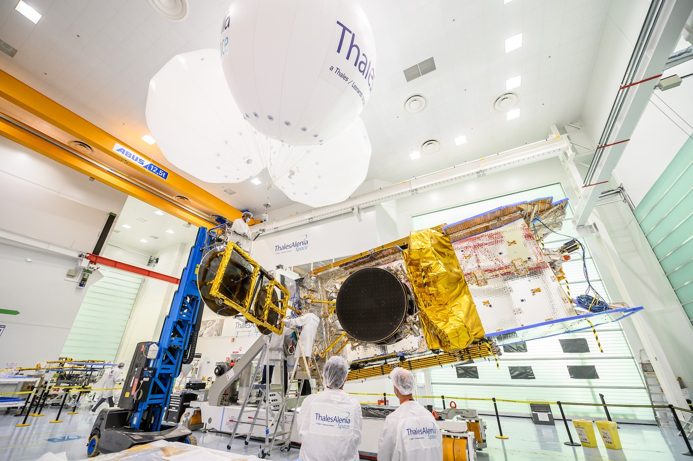The moment when the seven reflectors are mounted. (Photo: Thales Alenia Space)